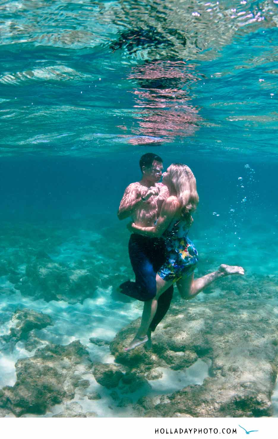 traci  u0026 adam   underwater engagement photography   haleiwa